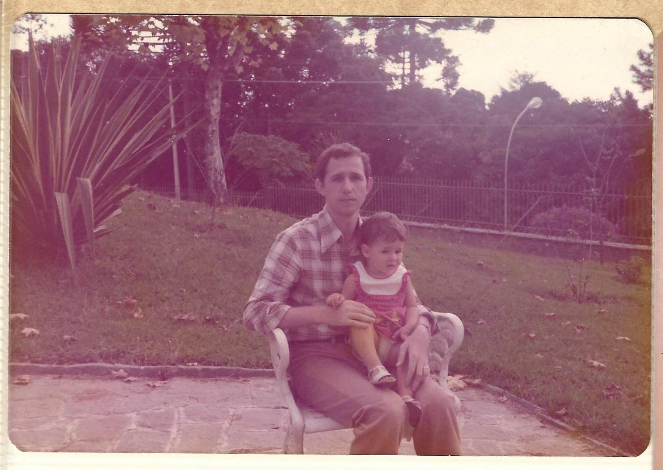 Daniela e o pai, fundadores da editora voltada exclusivamente a literatura russa dissidente, nos anos 1970./ Foto: Arquivo pessoal