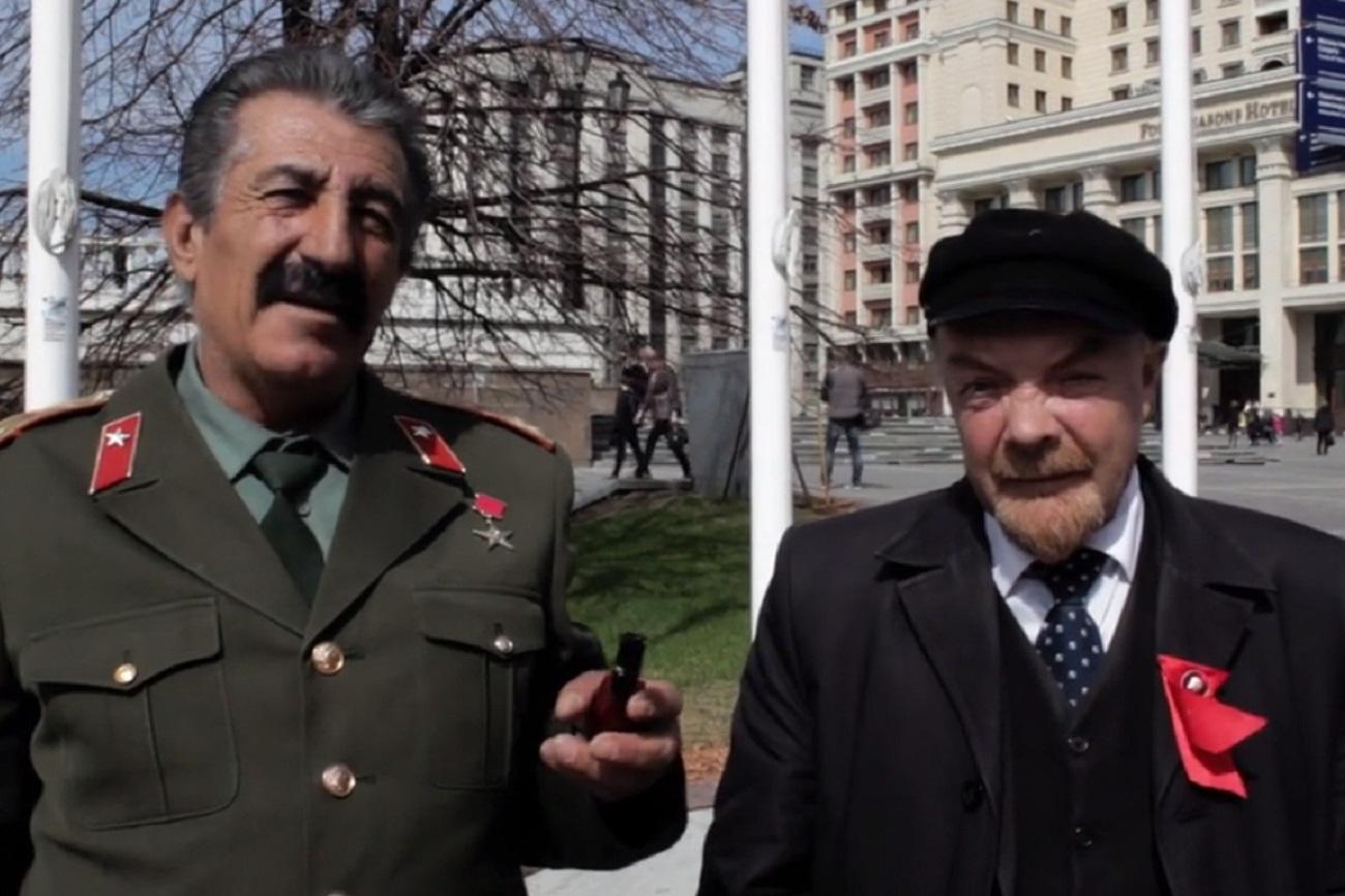 """""""Que tal a vida, camaradas?"""" (2017) traz entrevistas com sósias na Praça Vermelha."""