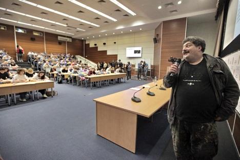 Der bekannte Schriftsteller Dmitrij Bykow diktierte in Moskau. Foto: RIA Novosti
