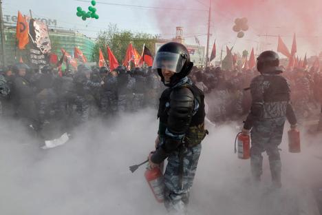 Nach Angaben der Moskauer Polizeibehörde wurden 29 Polizisten bei Zusammenstößen mit Demonstranten verletzt. Foto: AP / Sergei Ponomaryov