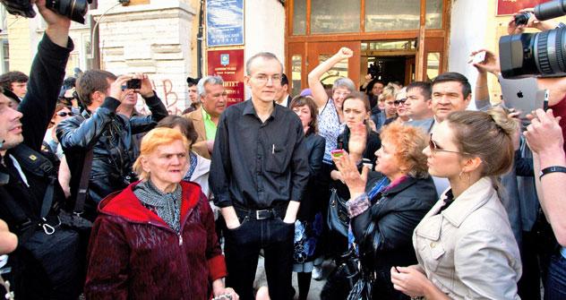 Oleg Schein und seine Anhänger im Zentrum Astrachans. Foto: Kommersant