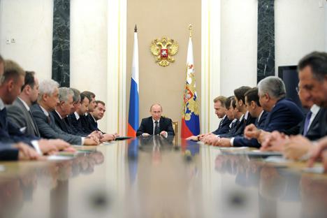 Wladimir Putin und die neue Regierung. Foto: ITAR-TASS