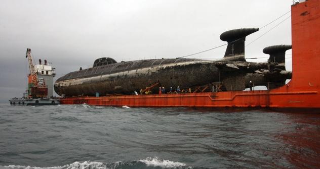"""Das russische Bergungsboot """"Transschelf"""" bringt zwei ausrangierte Atom-U-Boote zur Abwrackung nach Murmansk. Foto: Witalij Ankow/ Ria Novosti"""