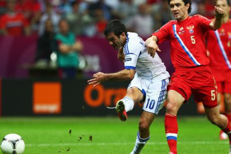 Der griechische Kapitän Giorgos Karagounis schießt den Ball an Juri Schirkow vorbei ins russische Tor. Russland verlor 0:1 und verließ die EM-2012. Foto: www.uefa.com