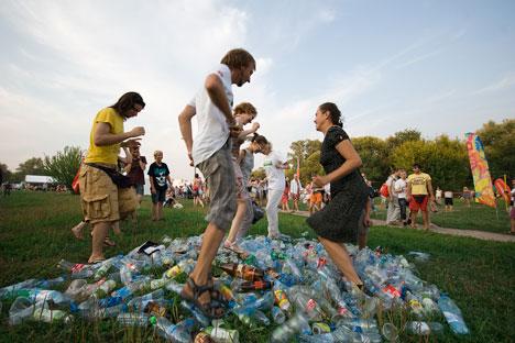 Fröhliches Plastikflaschenstampfen: Junge Umweltaktivisten von musora.bolshe.net bei einer Müllsammelaktion in Moskau. Foto: Pressebild