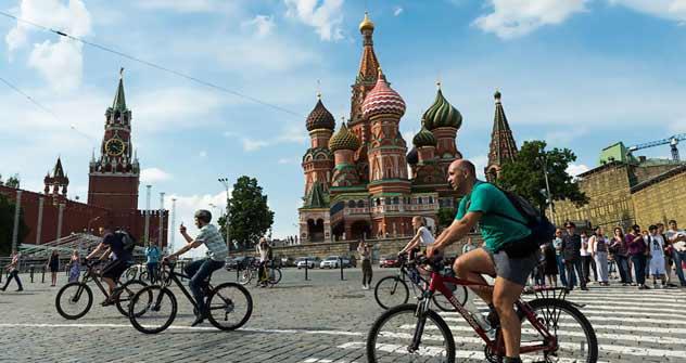 Neuer Sommertrend: Fahrradfahren in Moskau - hier vorbei an der Basilius-Kathedrale. Foto: Ilija Warlamow