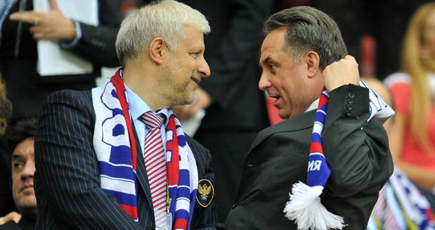 Fußball-Verbandschef Sergej Fursenko (links) und Witali Mutko,russischer Minister für Sport, Tourismus und Jugendpolitik, beim EM-Spiel Russland gegen Polen. Foto: RIA Novosti