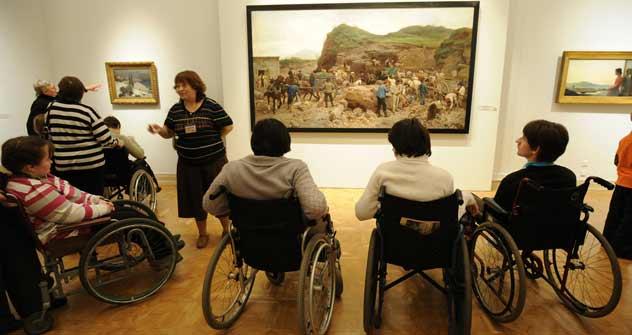 Kunst für alle: Die Firma Liberty bietet Menschen mit Behinderungen die Möglichkeit, Museen und andere Sehenswürdigkeiten zu besuchen. Foto: ITAR-TASS
