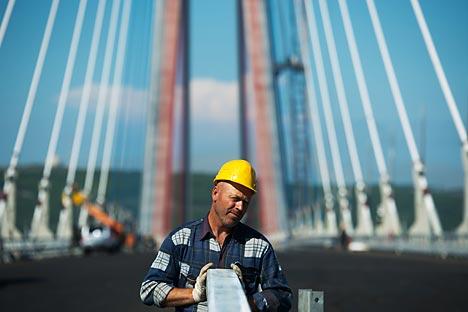 Eine neue Hängebrücke hat die fünf Kilometer lange Hafenbucht überspannt und dadurch einen alten Traum aller Wladiwostoker für eine schnelle Straße erfüllt. Foto: AFP_East-News