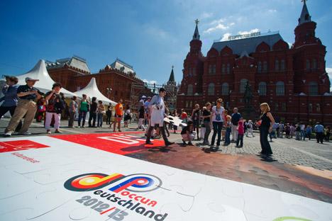 Ein riesiges Puzzle auf dem Manegeplatz gab den Startschuss für das Deutschlandjahr in Russland Foto: Alexander Vilf / RIANovosti