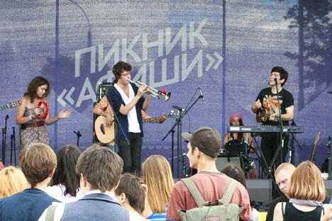 """Konzerte, Handmade-Läden, Natur – diese sind die Schwerpunkte des Musikfestivals """"Afisha Picknick"""" im Moskauer Naturschutzpark Kolomenskoje, das etwa 60 Tausend Menschen sammelte. Foto: Darya Donina/Russland HEUTE"""