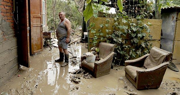 Ein Mann steht am 8. Juli 2012 neben seinem überfluteten Haus in der südrussischen Stadt Krymsk. Viele Bewohner der Region Krasnodar sind nach der Flut obdachlos geworden. Foto: AFP