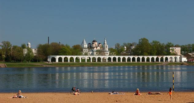 Der Jaroslaw-Hof bildet einen Komplex von Baudenkmälern aus dem 12. bis 18. Jahrhundert; die Nikolaus-Kathedrale wurde 1136 erbaut. Foto: Lori/Legion Media