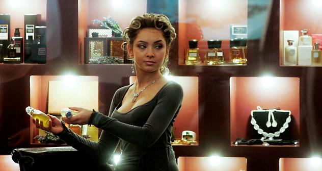 Eine Frau präsentiert Parfüm bei der Eröffnung einer Millionärsmesse in Moskau am 27. November 2008. Foto: Reuters
