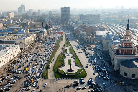 Der Komsomolskaja-Platz (Platz der drei Bahnhöfe) in Moskau, an dem sich der Leningrader, der Jaroslawler und der Kasaner Bahnhöfe befinden. Foto: Vladimir Vyatkin/RIA Novosti