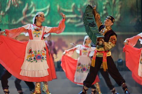 Strahlende Sterne Russlands: Auftritt russischer Musiker und Tänzer beim Open-Air im Zentrum Berlins. Foto: Anna Mieskes-Petrenko