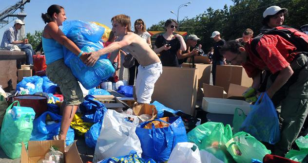 Volontäre sortieren auf der Aussichtsterasse der Moskauer Universität humanitäre Hilfe, die für Opfer der Flut in der Region Kuban gesammelt wurde. Foto: Alexander Utkin / RIA Novosti