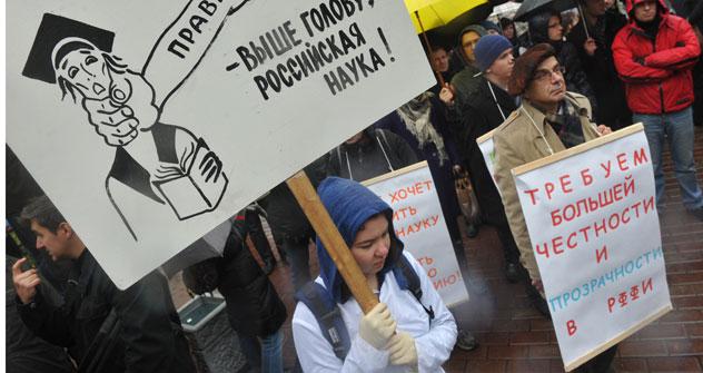 Kopf hoch, russische Wissenschaft, heißt es auf dem Plakat einer demonstrierenden Wissenschaftlerin. Die Forschung ist in Russland unterfinanziert. Foto: RIAN