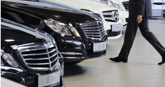 Während im ersten Halbjahr 2012 die Verkaufszahlen bei den günstigeren Fahrzeugen um die Hälfte sanken, nahm der Absatz von Autos mit einem Preis von über einer Million Rubel (ca. 25 000 Euro) zu. Foto: Kommersant