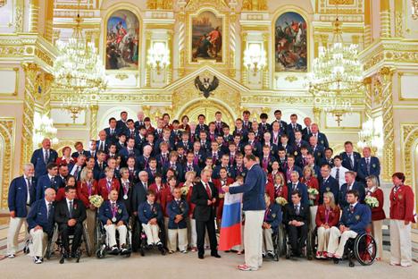 Der russische Präsident Wladimir Putin posiert mit der nationalen paraolympischen Mannschaft im Kreml. Foto: Reuters/Vostock Photo