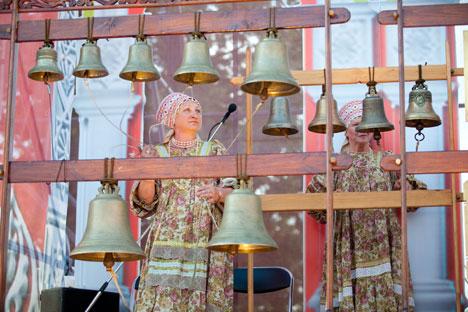 """Galina Filimonova bezaubert das Publikum auf dem Gendarmenmarkt in Berlin mit dem traditionellen russischen Glockenspiel. Das Foto ist vom Ensemble """"Glocken Russlands""""  zugewiesen."""