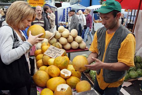 Der Einkauf einer Melone bei einem mit starkem Akzent sprechenden kaukasischen Verkäufer kann bei guter Laune zum Ritual werden. Foto: ITAR-TASS.