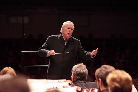 """Der gebürtige Nowosibirsker Thomas Sanderling kitzelt aus dem Orchester """"blühenden Streicherklang"""". Foto: Pressebild"""