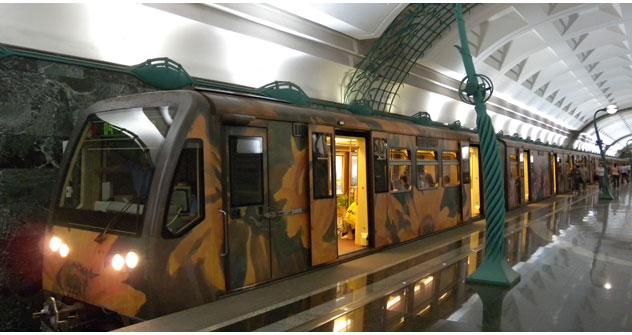 "Der Metrozug ""Aquarell"" an der Station ""Slawjanskij Bulwar"". Foto: Jörg Bruchertseifer."