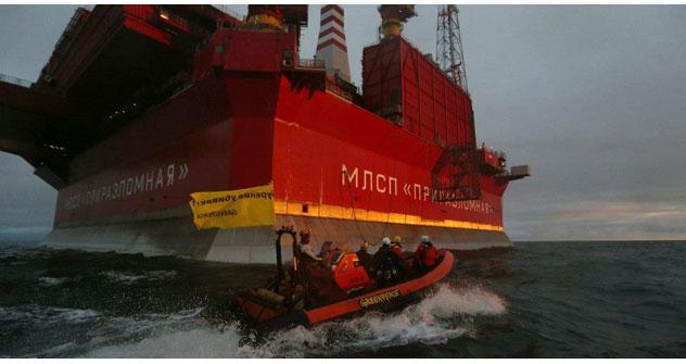 Die Aktivisten von Greenpeace stürmen den Bohrinsel Priraslomnoje in Barentssee. Foto: Greenpeace.