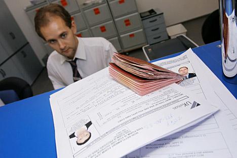 Ein Streitpunkt bei den Visa-Verhandlungen ist das Thema Dienstreisepässe. Moskau besteht darauf, dass ihre Besitzer (Abgeordnete, Minister usw.) ohne jegliche Formalitäten nach Europa reisen dürfen. Brüssel lehnt das jedoch ab. Foto: Iliya Pitalev /
