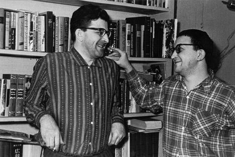 Sowjetische Schriftstellerbrüder Arkadi und Boris Strugatzki. Foto: TASS