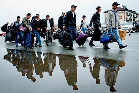 Skandal in St. Petersburg: Migranten aus Zentralasien wurden als Malerwalze, Besen, Spatel und Pinsel in der offizielle Broschüre der Stadtsregierung dargestellt. Foto: ITAR-TASS.