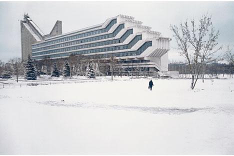 Die Fakultät für Architektur des Polytechnikums Minsk mit überhängenden Hörsalen (W.Anikin,I.Jesman). Weißrussland,1983. Foto: Pressebild.