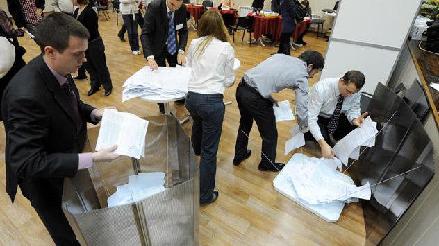 Klinisch sauber war es am landesweiten Wahltag nur in den Wahllokalen - die Opposition will wieder viele schmutzige Tricks bemerkt haben. Foto: RIA Novosti.