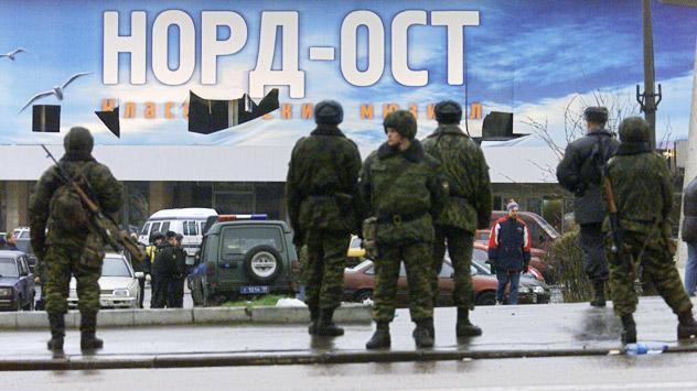 Die dramatische Geiselnahme im Moskauer Dubrowka-Theater  endete mit der Erstürmung des Gebäudes. Mindestens 130 Geiseln starben. Foto: Kommersant.