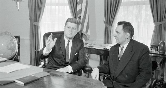 Der amerikanische Präsident John F. Kennedy trifft sich mit dem Außenminister der UdSSR Andrej Gromyko. Foto: Corbis.