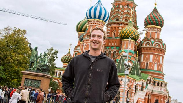 Facebook-Gründer Mark Zuckerberg vor der Basilius-Kathedrale an der Roten Platz. Foto:RIA Novosti.