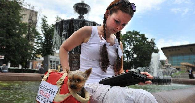 Eine junge Moskauerin genießt ihre Lektüre im elektronischen Format auf dem iPad. Foto: PhotoXPress