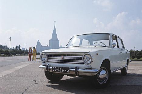Der klassische Schiguli am Vorobjevy Gory in Moskau. Im Hintergrund ist das Gebäude der Moskauer Lomonossow-Universität. Foto: RIA Novosti.