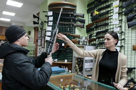 Die nun der Staatsduma vorgelegte Gesetzesvorlage sieht eine Verschärfung der Vergabebedingungen für Waffenbesitzkarten vor. Foto: RIA Novosti.