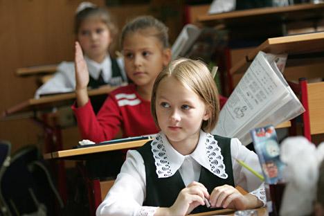 Getrennt unterrichtete Kinder lernen besser als ihre Altergenosse aus den koedukativen Klassen, meinen die russische Forscher. Grund darür ist die Unterschied in Informationsverarbeitung bei Mädchen und Jungen. Foto: ITAR-TASS.