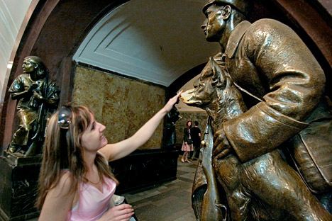 """Die Studenten glauben, dass es bei Prüfungen hilft, wenn man in der U-Bahn Station """"Platz der Revolution"""", wo die Skulpturen der revolutionären Kämpfer stehen, den Schäferhund des roten Matrosen an die Schnauze fasst. Foto: ITAR-TASS."""