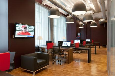 """Heute bieten die Moskauer Gemeinschaftsbüros komplett eingerichtete Arbeitsplätze, die für Tage, Wochen, Monate oder Jahre gemietet werden können. Auf dem Bild: Das Coworking-Space """"Cabinet Lounge"""".  Foto: Pressebild."""