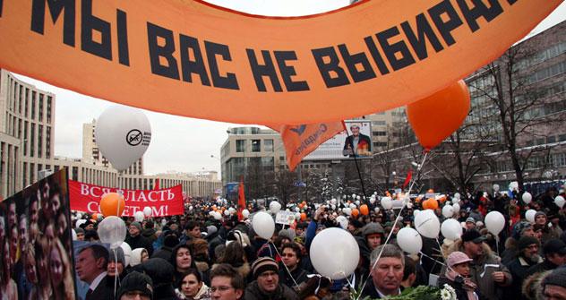 """Teilnehmer der Großkundgebung """"Für faire Wahlen"""", die am 26 Dezember 2011 auf dem Sacharow-Prospekt in Moskau stattfand. Die Aufschrift auf dem Banner: """"Wir haben euch nicht gewählt!"""". Foto: Tatjana Schramtschenko, Russland HEUTE."""