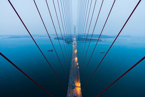 Die Brücke über die Bucht Goldenes Horn in Wladiwostok. Foto: Witalij Raskalow.