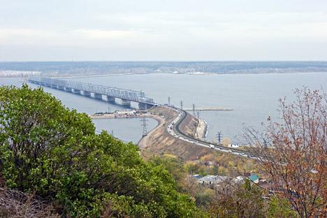 Most nad reko volgo v mestu Uljanovsk.