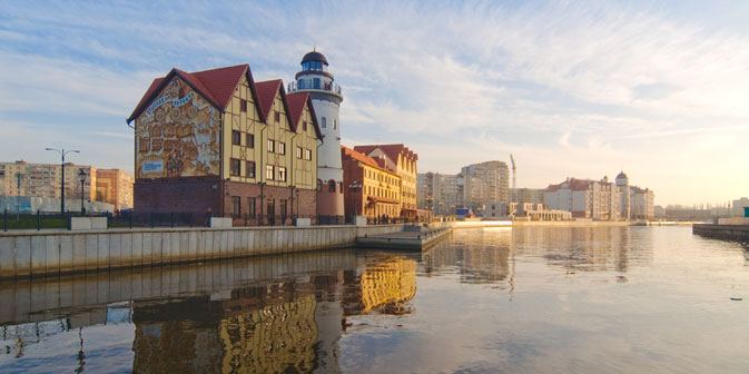 """Das ethnografische und kunsthandwerkliche Einkaufszentrum """"Ribnaja Derewnja"""" (Fischdorf) in Kaliningrad. Foto: Lori / Legion Media"""