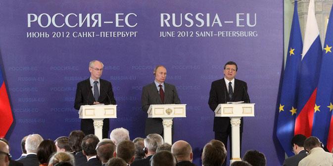 Präsident des Europäischen Rates Herman van Rompuy, Präsident der Russischen Föderation Wladimir Putin und Präsident der Europäischen Kommission José Manuel Barroso während des Russland-EU Gipfeltreffens in St.Petersburg. Foto: ITAR-TASS