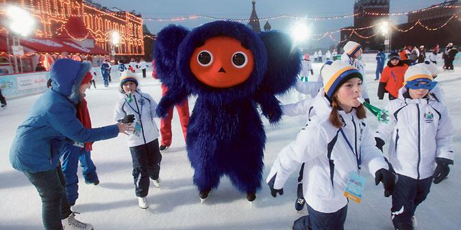 Winterspaß vor den Mauern des Kremls - mit der russischen Trickfilmfigur Tscheburaschka.  Foto: RIA Novosti.
