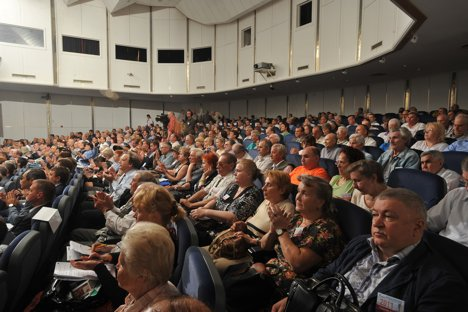 Börsianer, Bohrmeister, Babuschkas: Minderheitsaktionäre auf der Jahresversammlung des russischen Energieriesen Gazprom. Foto: Pressebild